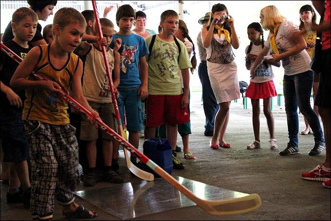 """Хоккеисты """"Казцинка-Торпедо"""" в детском лагере"""