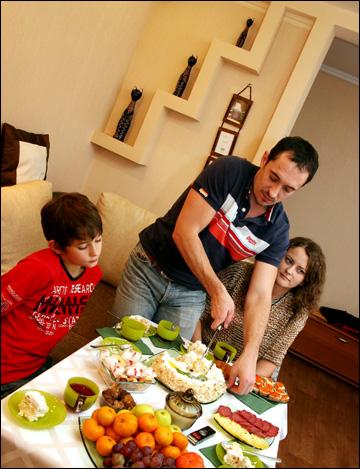 Глава семьи за разрезание праздничного торта