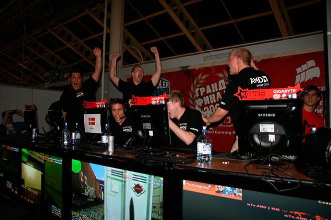 Команда mTw на финалах KODE5 2008 празднует победу над SK Gaming