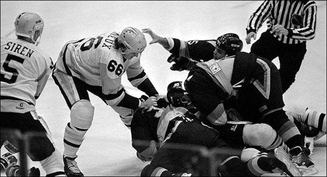 """Фрагменты сезона. 4 ноября 1986 года. Питтсбург. Регулярный чемпионат НХЛ. """"Питтсбург Пингвинз"""" — """"Ванкувер Кэнакс"""". Марио Лемье против Петри Стрико."""