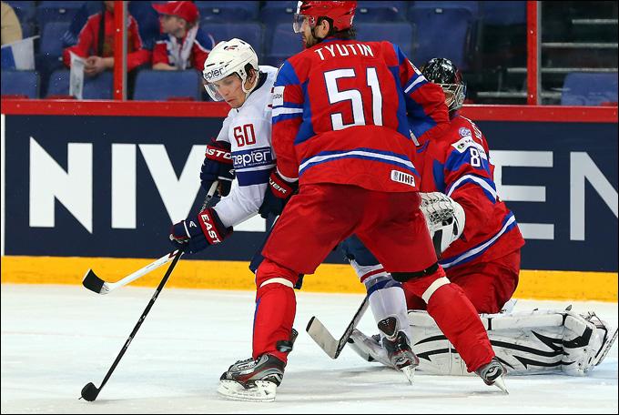 Антуан Руссель в борьбе с Фёдором Тютиным у ворот сборной России