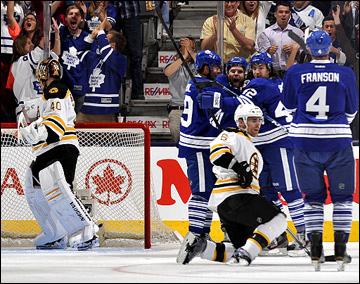 """8 мая 2013 года. Торонто. Плей-офф НХЛ. 1/8 финала. Матч № 4. """"Торонто"""" — """"Бостон"""" — 3:4 (ОТ). Джоффри Лупул открывает счёт"""