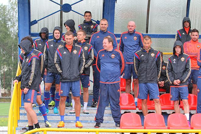 Игроки столичного клуба по команде Леонида Слуцкого бросили растяжку и мигом переместились под крышу