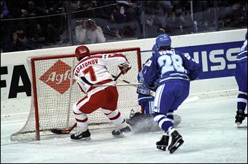 Алексей Касатонов забрасывает шайбу в ворота сборной Финляндии. 1986 год