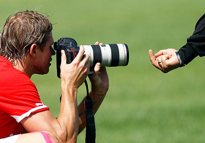 Дмитрий Тарасов получает жест в фотокамеру на тренировке «Локомотива»
