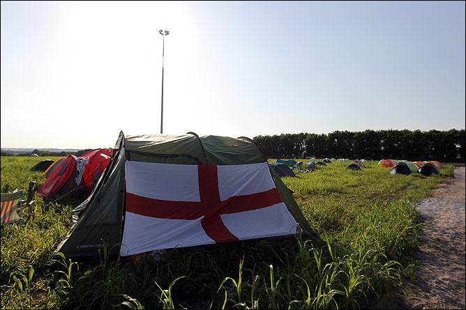 Палаточный приют англичан в фан-кемпинге
