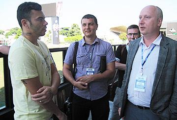 Родолфо с руководителем бизнес-школы RMA Кириллом Кулаковым (справа) и студентами