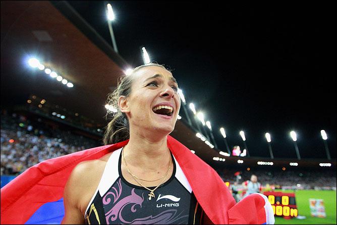 Елена Исинбаева не верит глазам, что в который раз выиграла и в который раз с новым мировым рекордом