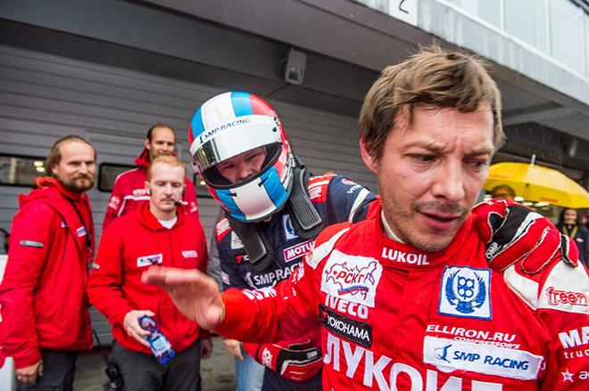 Алексей Дудукало (справа) и молодой москвич Виталий Ларионов после финиша одного из заездов на Moscow Raceway