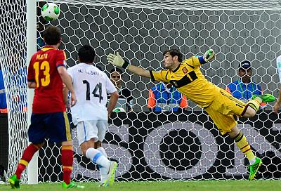 Кубок конфедераций. Испания — Уругвай — 2:1. Мяч влетает в сетку ворот испанцев
