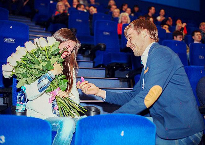 Антон Шипулин сделал возлюбленной предложение руки и сердца в кинотеатре