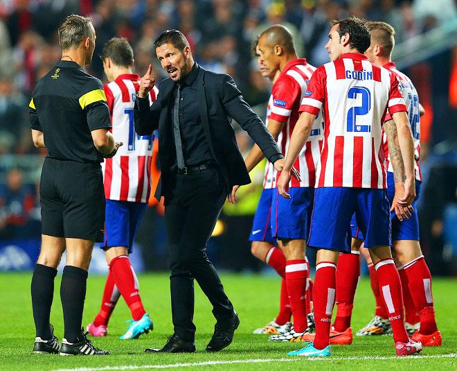 Главный тренер «Атлетико» Диего Симеоне чуть не устроил драку и был удалён с тренерской скамейки