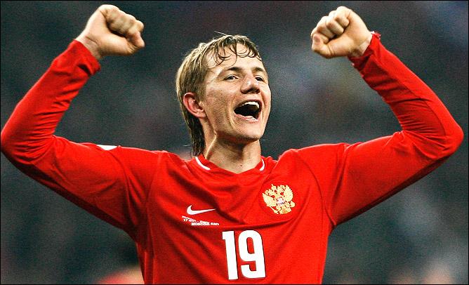 В этой форме команда начала работать с Хиддинком и пробилась на Евро, а Роман Павлюченко сокрушил Англию.