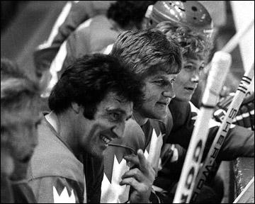 Фил Эспозито и Бобби Орр на скамейке сборной Канады