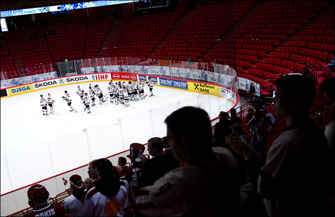 Трибуны на чемпионате мира — как у нас на женском хоккее…