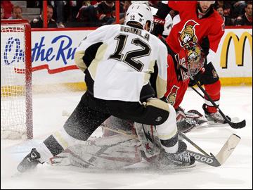 """22 мая 2013 года. Оттава. Плей-офф НХЛ. 1/4 финала. Матч № 4. """"Оттава"""" — """"Питтсбург"""" — 3:7. Джером Игинла проталкивает шайбу под вратарем"""