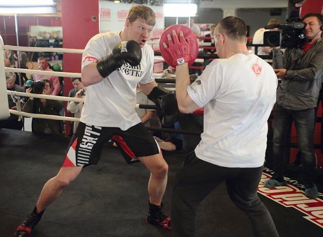 Поветкин со своим наставником Иванов Кирпой во время открытой тренировки