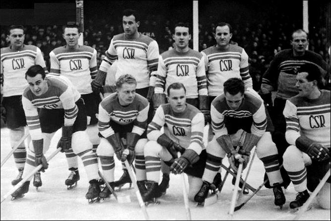 Ярослав Дробны (крайний слева) в составе хоккейной сборной Чехословакии