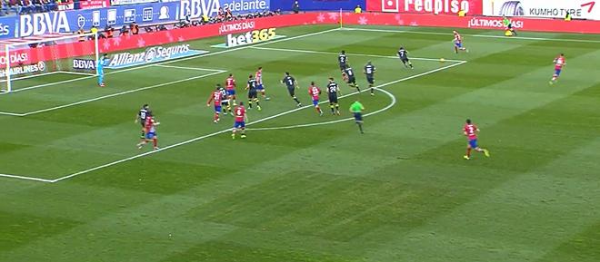 Такую глубоко посаженную защиту можно пробить лишь ударами издали – но «Атлетико» это не удалось