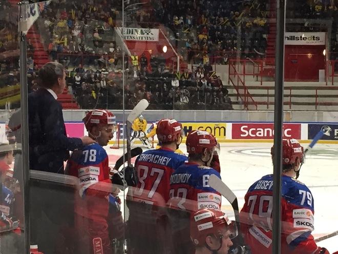 Олег Знарок поддерживает игроков