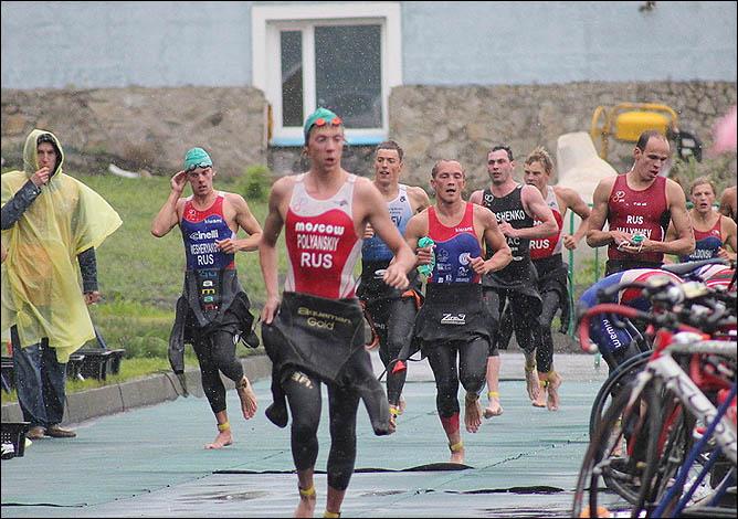 После выхода из воды спортсмены направляются к своим велосипедам