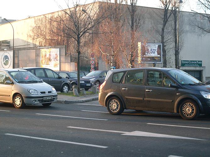 Стадион Пьера де Кубертена удачно вписан в парижские улицы, и с непривычки его можно просто не заметить