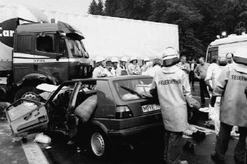Покорёженный автомобиль и место гибели Дражена Петровича