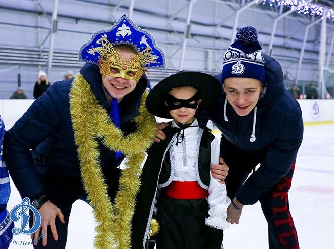 Праздничный маскарад в школе питерского «Динамо»