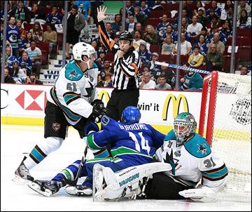 "3 мая 2013 года. Ванкувер. Плей-офф НХЛ. 1/8 финала. Матч № 2. ""Ванкувер"" — ""Сан-Хосе"" — 2:3 (ОТ). Свалка у ворот ""акул"""