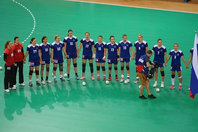Российские гандболистки поют гимн