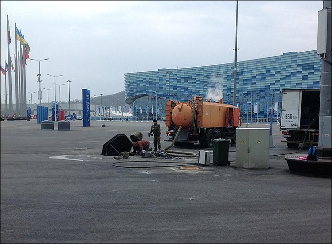 """Рабочие не спеша разбираются с канализационными проблемами прямо напротив золотоносного """"Айсберга"""""""