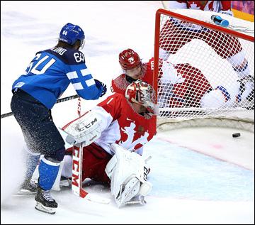 Теему Селянне забрасывает победную шайбу в ворота сборной России