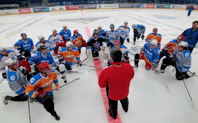 Леонид Тамбиев проводит установку перед тренировочным занятием.