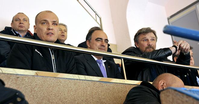 ТХК – «Ижсталь», четвёртый матч серии. Герман Скоропупов решил не рисковать и посадил «ратоборцев» по обе руки от себя