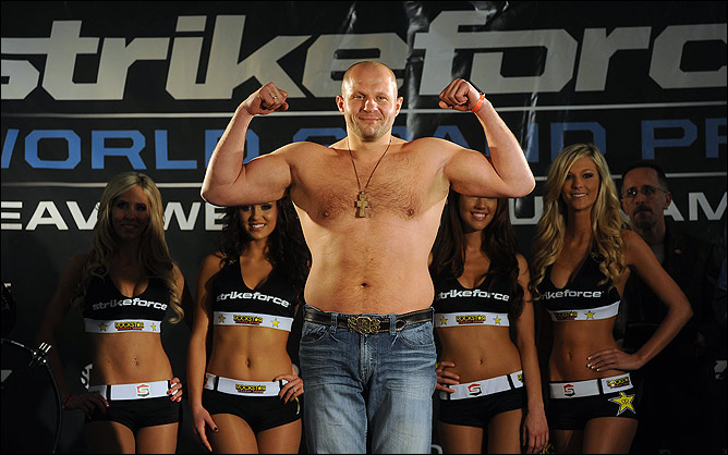 Фёдор Емельяненко (32-2). Родился 26 сентября 1976 года. Рост: 183 см, вес: 104 кг.