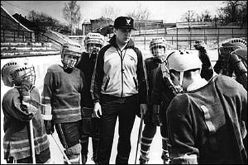 Виктор Губернаторов с молодыми хоккеистами