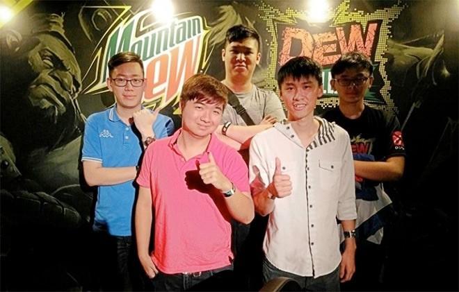 Чжэн Йек Най в составе Team DOT (крайний справа)