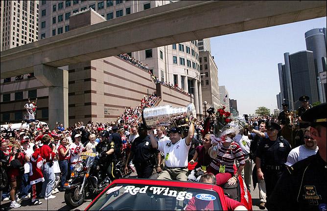 17 июня 2002 года. Детройт. Скотти Боумэн возглавляет народные гуляния в честь победы в Кубке Стэнли