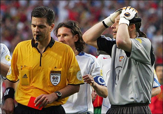 Терье Хауге удаляет Сергея Овчинникова на Евро — 2004