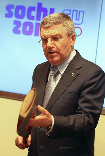 Президент МОК Томас Бах с олимпийским факелом