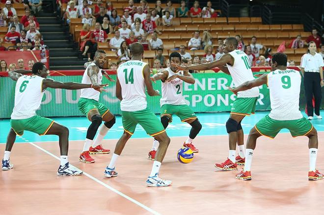 Камерунские игроки танцуют