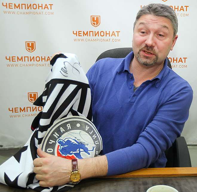 Александр Черенков демонстрирует майку с автографами Владимира Путина и Сергея Шойгу