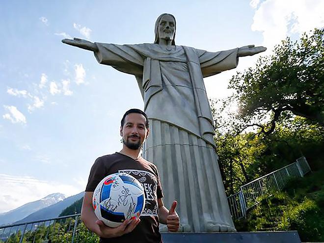 Дильшод принёс на гору тот самый мяч с автографами сборной России