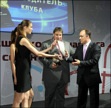 Герман Скоропупов (справа) награждает лауреатов сезона