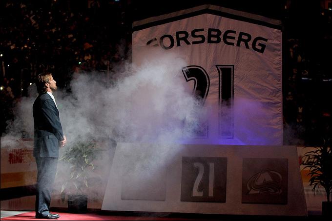 8 октября 2011 года. Денвер. Подъем майки Петера Форсберга под своды ледового дворца