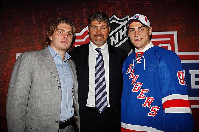 Рэй Бурк с сыновьями Крисом (слева) и Райаном (справа) на драфте НХЛ 2009 года