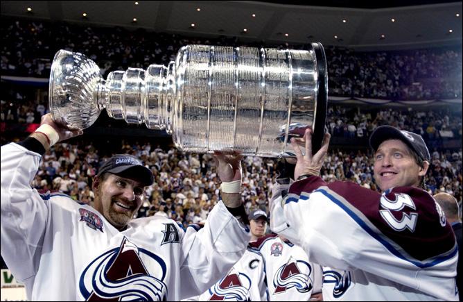 Рэй Бурк (слева) и Кубок Стэнли. 9 июня 2001 года
