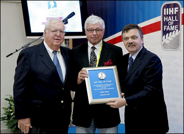 Людек Букач (в центре): введение в Зал Славы ИИХФ