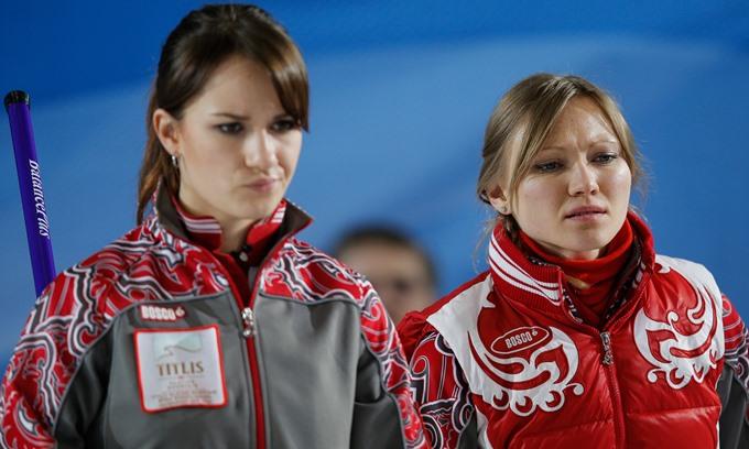 Анна Сидорова (слева) — скип женской сборной России по кёрлингу