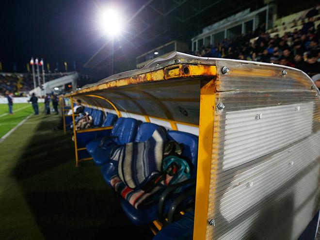 Тренерские скамейки на стадионе «Олимп-2»